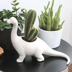Cache-pot dinosaure en céramique Plantosaurus par Bitten. Ce magnifique diplodocus en céramique matte, voilà ce qu'il faut pour un cactus ou une succulente.