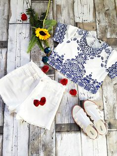 Estilo Proprio By Sir (@sicaramos)  Oculos Romwe / Short faz parte do conjunto estampa de porcelana Choies (Blue Tile Print Short Sleeve Crop Top And Shorts)/ Short lightinthebox (Short  White Jeans Pants)/ Look com Melissa – Boemia Platform (compre aqui)