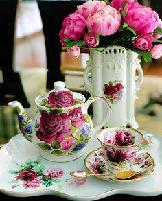 Glitter Home Decor, Afternoon Tea Tables, Vintage Tea Rooms, Raspberry Tea, Autumn Tea, China Tea Sets, Christmas Tea, Rose Tea, Rose Cottage