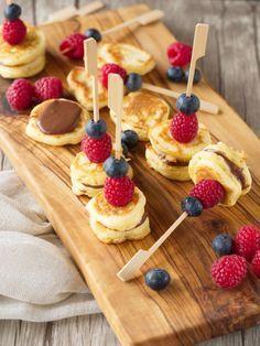 Kleine Spießereien oder Beeren-Pancake-Spieße mit Schokoladencreme