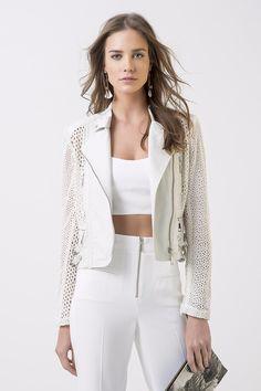 Jaqueta de couro vazado com detalhes em zíper na parte frontal e nos bolsos.