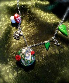 Collier Elfique avec pendentif féérique, breloques champignon, licorne, fée et feuilles : Collier par aragande