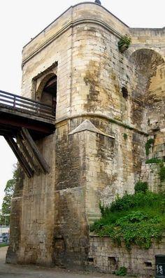 Château de Caen fut la résidence préférée de Guillaume le Conquérant qui y fit bâtir le château et deux abbayes. Après la conquête de Normandie en 1204 par Philippe Auguste, les Anglais assiégèrent Caen en 1346 et 1417 et y restèrent jusqu'en 1450.