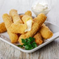 Fried Mozzarella Sticks, an Authentic Italian Recipe from our kitchen to yours. When using fresh, hand-pulled mozzarella, you will need to. Fried Mozzarella Sticks Recipe, Fried Cheese Sticks, Cheese Sticks Recipe, Homemade Mozzarella Sticks, Vegan Mozzarella, Cheese Fries, Cheese Bread, Applebees Recipes, Copycat Recipes