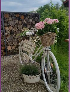 50 Brilliant Bicycle Decor for the Home and Garden Bicycle Decor, Old Bicycle, Garden Art, Garden Design, Home And Garden, Terrace Design, Bike Planter, Chair Planter, Fleur Design