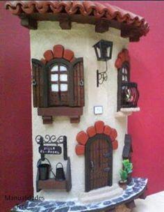 Risultati immagini per tejas decoradas Clay Houses, Ceramic Houses, Miniature Fairy Gardens, Miniature Houses, Clay Flower Pots, Tile Crafts, Play Clay, Fairy Doors, Plate Design