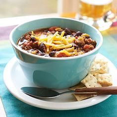 Look no further for the ultimate classic, easy chili recipe. Made in a slow-cooker for simple a weekday meal. Top with shredded Cheddar cheese and corn chips. (Find more chili recipe variations. Slow Cooker Chili, Slow Cooker Recipes, Crockpot Recipes, Cooking Recipes, Healthy Recipes, Healthy Meals, Cooking Tips, Healthy Chili, Easy Meals