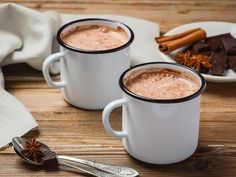 Craving a cup of hot, steaming cocoa? Try our top-rated hot chocolate mixes and avoid the wimpy watered-down ones. Hot Chocolate Espresso, Hot Chocolate Mix, Hot Cocoa Recipe, Cocoa Recipes, Pizza Au Foie Gras, Curcuma Latte, Healthy Chef, Healthy Recipes, Drink Recipes