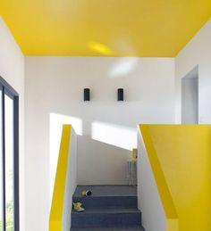 Pétillant du sol au plafond ! Le plafond et la montée d'escalier sont peints dans un jaune vif pour un rendu très harmonieux et pétillant. Une bonne idée pour une dose de vitamine quotidienne. http://www.castorama.fr/store/pages/idees-decoration-facile-escalier.html
