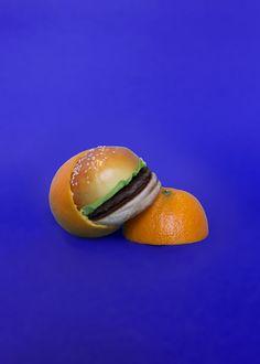 """Quem nunca ouviu alguém dizer que quer emagrecer comendo cachorro-quente, hambúrguer e batata-frita?É o sonho de todo gordinho.Foi issoo que pensou o fotógrafo francês Arnaud Deroudilhe quando criou a série """"Junk Fruits"""".    Nela,pod..."""