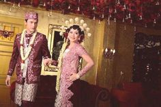 Attending an Indonesian wedding soon and not sure how to behave or what to say? Here are 7 things you need to expect when attending an Indonesian wedding. Indonesian Kebaya, Indonesian Wedding, Wedding Poses, Wedding Ceremony, Wedding Preparation, Unique Weddings, Wedding Planning, Dream Wedding, Sari