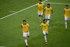 30-jun-2013 - #RIO #MARACANÃ GOOOOLLLLLL!!!!!!  Brasileiros comemoram primeiro gol de Fred na final deste domingo. Foto Nelson Aleida / AFP Fred, 30, Soccer, News, Sports, Neymar Football, Nice Photos, Finals, Brazil