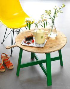 Eenvoudig maar erg leuk idee om zelf een salontafel te maken. Ga op zoek naar een grote oude kaasplank en maak er een onderstel onder. www.101woonideeen.nl/zelfmaken/kaasplank-wordt-tafel.html  Voor meer ideeën: mixinstijl.nl