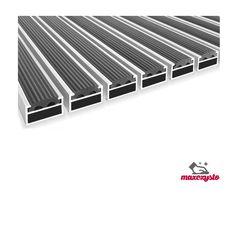 Clean Rubber 22 Wycieraczka Aluminiowa z wkładem czyszczącym (100x100cm) .Wycieraczka z gumowymi wkładami czyszczącymi osadzonymi w profilach aluminiowych. Całość łączona przy pomocy nierdzewnych lin stalowych. Przeznaczona do wejść o dużym natężeniu ruchu pieszych oraz ręcznych wózków transportowych i sklepowych (tylko wys.