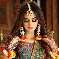 Our favorite 51 indian bridal makeup looks – wedabout Mehndi Outfit, Indian Bridal Fashion, Indian Bridal Makeup, Pakistani Wedding Outfits, Bridal Outfits, Pakistani Mehndi Dress, Mehendi, Pakistani Bridal Hair, Pakistani Clothing
