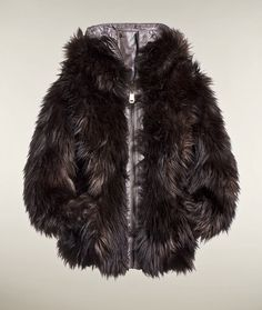 GB1613123  Reversible faux fur jacket. This coat can be worn two ways, as a fur coat, and as a coat lined with fur. There are two inside pockets and a zipper on both sides.