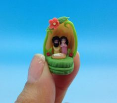 Naciniento en miniatura ,la casita es una cascara de pistachio.