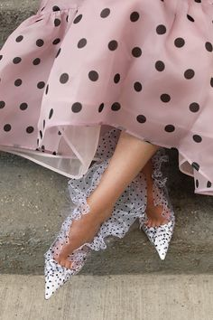 Blair Eadie wearing a pink polka dot dress, pearl headband, and tulle and polka dot pumps // Atlantic-Pacific Source by gambuto fashion style Fashion Details, Look Fashion, Fashion Shoes, Fashion Trends, Polka Dot Pumps, Polka Dots, Zapatos Shoes, Atlantic Pacific, Glass Slipper