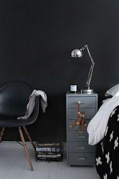 引出しのユニット。 IKEAの家具は組み立て式が多いですが、こちらも平たいスチールを自分で折って仕上げていきます。 大変ですが、その分愛着がわきます。それに、このシンプルなデザインと簡単な作りに惚れる人が多いはず!