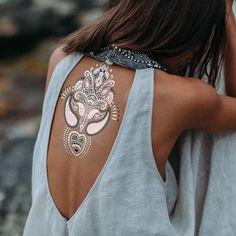 So love this metallic tattoo Festival Trends, Festival Style, Festival Looks, Festival Fashion, Bohemian Mode, Hippie Chic, Bohemian Style, Boho Chic, Bohemian Lifestyle