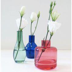 Med små vaser blir det enklare att sprida ut snittblommor på flera olika ställen i ditt hem, varför inte i bokhyllan, i badrummet eller hallen? Droplet vas 49kr/st