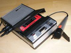 Einer der ersten Philips-Kassettenrekorder von 1963 mit der typischen Einknopf-Bedienung Typ EL 3302 (Batteriebetrieb)
