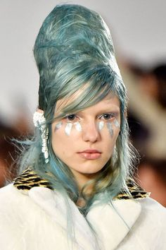 Leave it to Maison Margiela to send models down the runway sporting oversized, metallic paint smears on their cheeks (not to mention that hair). The shapes varied from model to model — this one's reminded us of Twiggy-style oversized lashes. #refinery29 http://www.refinery29.com/2015/10/95097/paint-splatter-makeup-fashion-week-spring-2016-runway-show#slide-1