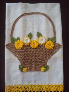 Pano de Prato com aplicação de cestinha e flores de crochê.