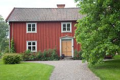 ~ I mitt paradis ~ reportage om gård från Red Houses, Little Houses, This Old House, Sweden House, Swedish Interiors, Wooden Buildings, Vernacular Architecture, House Landscape, Scandinavian Home