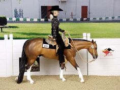 niceeeee. breyer western pleasure! I had to look twice to realize that was not real....