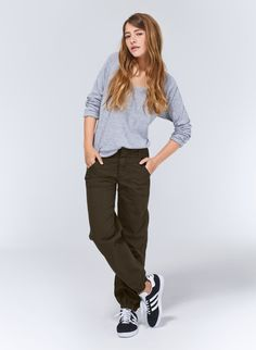 Authentic cargo pant details and a flattering streamlined cut make this TNA Bonham Pant one of our favourites for spring.