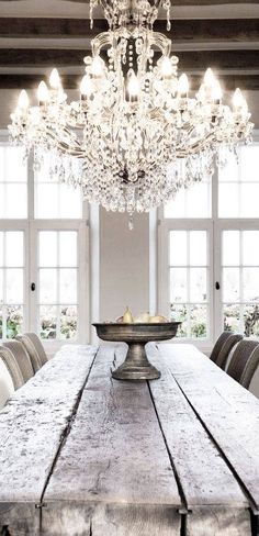 chandelier wooden farm table design kitchen Decoration decor inspiration white shabbychic french brocante vintage distressed interior home Home Design, Küchen Design, Design Ideas, Design Hotel, Design Trends, Design Suites, Design Elements, Style At Home, Home Interior