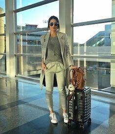 グレーロングコートとスウェットパンツとアディダスで空港ファッション