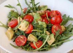 sałatka z rukoli i roszponki do obiadu: Przepisy, jak zrobić - Smaker.pl Caprese Salad, Salads, Meat, Chicken, Food, Essen, Meals, Yemek, Salad