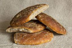 Das als auch als Vinschgauer, Vinschgauerl oder Vinschgauer Fladen bekannte südtiroler Brot war in einer E-Mail versteckter Wunsch einer Plötzblog-Leserin. Es zeichnet sich durch seine flache Form, die paarweise aneinander gelegten Teiglinge und durch sein Aroma aus, das vor allem vom Brotgewürz bestimmt wird. Eine wichtige Zutat ist dabei Schabzigerklee, der für Südtirol typisch ist. Weiterlesen...
