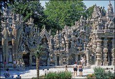 Unique exemple architectural de l'art naïf au monde, œuvre digne de Gaudí, tout droit sortie des tableaux de Dali ou de Gustave Moreau, le Palais Idéal du facteur Cheval est un monument des plus insolites, on peut le visiter à Hauterives dans la Drôme