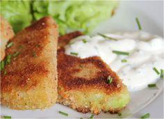 Kohlrabi Schnitzel in klassischer Panade. Zu einem Kohlrabi Schnitzel passt vorzüglich ein Kräuterquark und frische Tomaten. Kohlrabi Schnitzel vegetarisch.