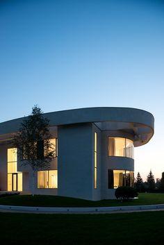 A empresa de arquitetura SL * Projeto assina esta bonita residência perto de Moscou, na Rússia. A casa em estilo moderno e contemporâneo teve como arquitetos Alexey Nikolashin e Ekaterina Emelyanova. Com uma abordagem minimalista o branco domina todos os espaços. Grandes aberturas de vidro trazem luz natural para todos os ambientes, integrando as áreas… Leia mais Uma Villa em Moscou