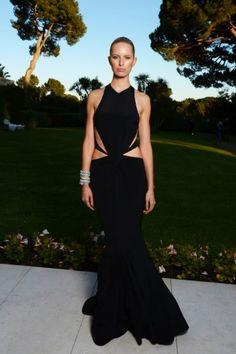 Karolina Kurkova in een zwarte custom-made Roberto Cavalli jurk tijdens amfAR Gala 2013 Cannes.