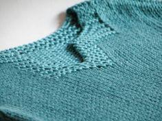 Jersey bebé cuello tunecino color verde azulado talla 6 meses, tejido a mano con hilo de bambú de gran calidad. Lavar a mano y secar en plano.