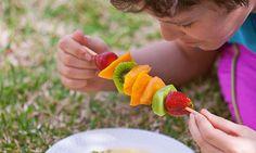 Consiga a ajuda dos seus filhos ou netos na cozinha para preparar a sobremesa para o jantar. Em 5 minutos fazem estas espetadas de fruta coloridas e ficam super orgulhosos do resultado.