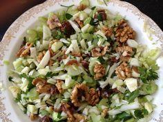 selderij salade: bakje selleriesalade, bleekselderij in stukjes, rozijnen, walnoten