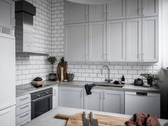 〚 Living room with podium and mezzanine home office: bright apartment in Sweden 〛 ◾ Photos ◾Ideas◾ Design Kitchen Dinning, Kitchen Pantry, Kitchen Tiles, Kitchen Cabinets, Dining Room, Bright Apartment, Beautiful Table Settings, Cuisines Design, Interior Design Kitchen