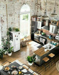 Esprit loft pour cette cuisine ouverte sur la salle à manger