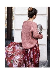 Une grosse maille avec une jupe fleurie