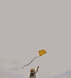 chica volando cometa