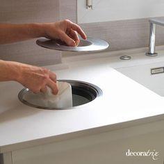 una cocina moderna con depósito de desperdicios