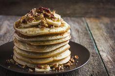 Dos huevos Un scoop de proteína del sabor que queramos Medio scoop de harina de avena Para adornar podemos usar yogur y fruta troceada