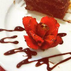 Buon lunedì a tutti!! Il mio inizia così. ..con un fiore!!!# fragola #thanks @cinzi Triulzi @cafe_borsa_restaurant #pegboutique #