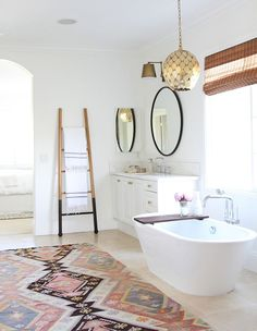 Wonderful boho bathroom decor with classic pattern tile, white bathtub and hanging plant to look awesome - Bathroom Ideas Modern Boho Bathroom, Beautiful Bathrooms, Modern Bathrooms, Moroccan Bathroom, Eclectic Bathroom, Large Bathroom Rugs, Minimal Bathroom, Luxury Bathrooms, Industrial Bathroom